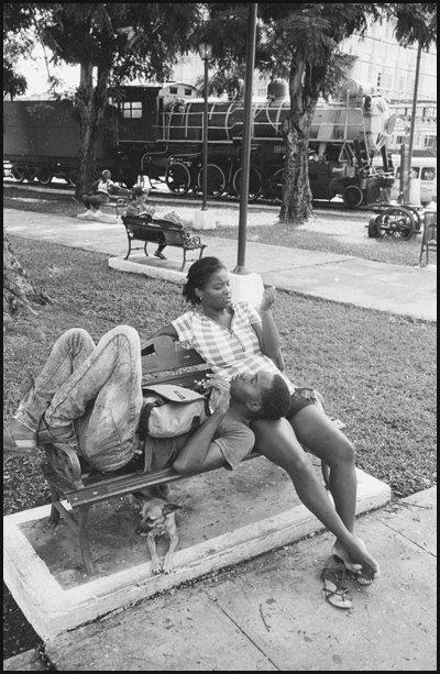 Amoureux près de la gare